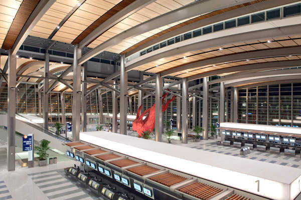 Ticketing oblique at the new international terminal. Image courtesy of Jason A. Knowles © Fentress Architects.