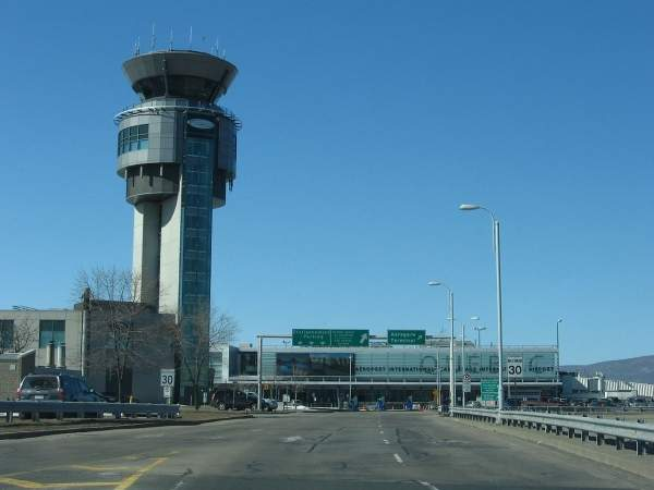 A new air traffic control (ATC) tower and complex was opened at the airport in 1997. Image courtesy of Harfang.