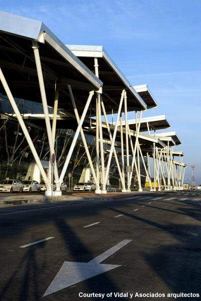 Zaragoza Airport has seen new parking areas for passengers and additional apron space for aircraft.