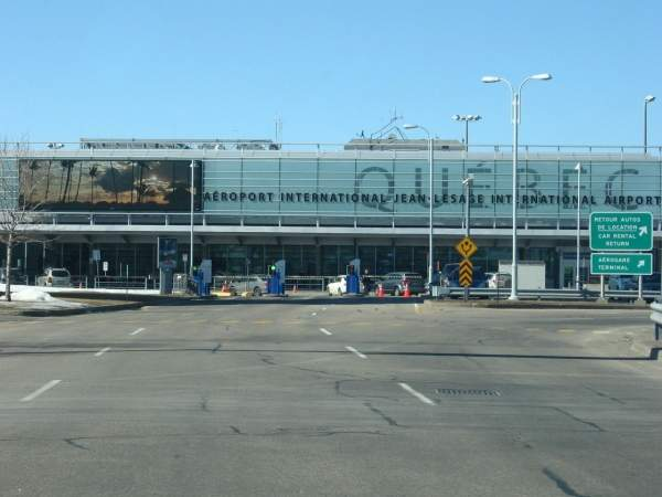 The airport has a two-level passenger terminal. Image courtesy of Harfang.