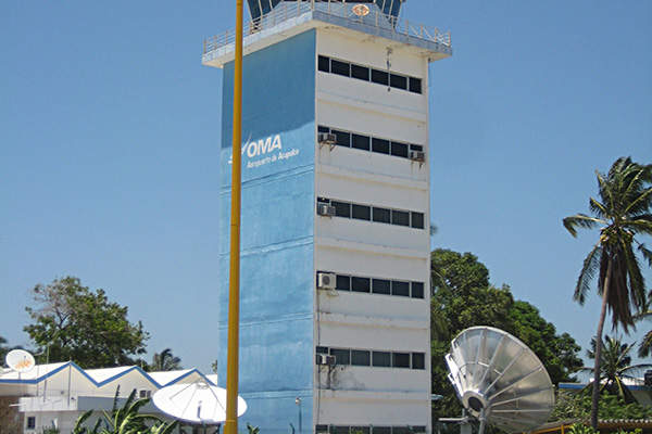 The air traffic control tower at Acapulco International Airport. Image courtesy of Bill Schloman.