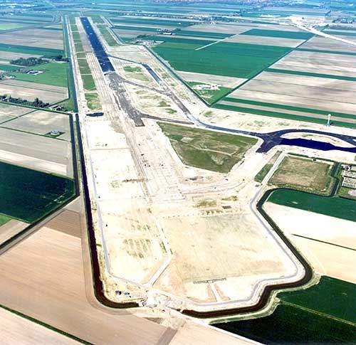 The construction of the new runway includes 500,000m³ of soil, 650,000m³ of sand, 750,000t of foundation material, 270,000t of asphalt and 130km of drainage. Image courtesy of Aerophoto-Schiphol b.v.