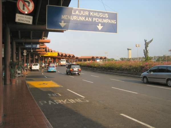Soekarno Hatta airport has two parallel paved runways. Image courtesy of Gunkarta.