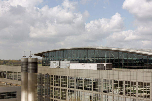 The roof of the terminal buildings mimics the wing of an airplane taking off. Image courtesy of Hamburg Airport.