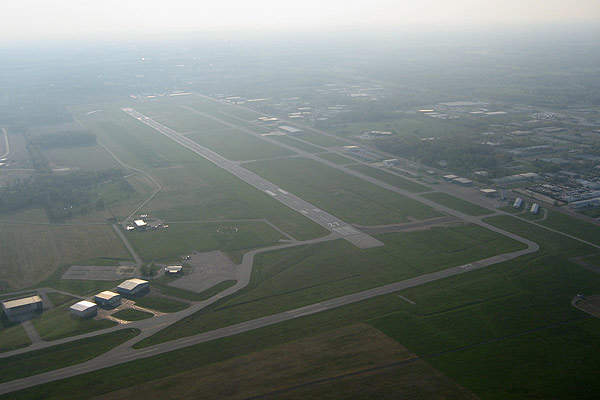 The airport currently has one runway (04/22), which is 3,609m (11,842ft) long and asphalt surfaced.