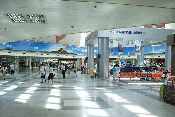 The airport features retail shops, catering shops and a number of restaurants. Image courtesy of Mkckim.