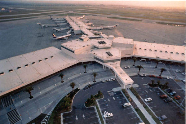 The parking at the airport is conveniently located close to the terminal building. Image: courtesy of Sarasota Manatee Airport Authority.