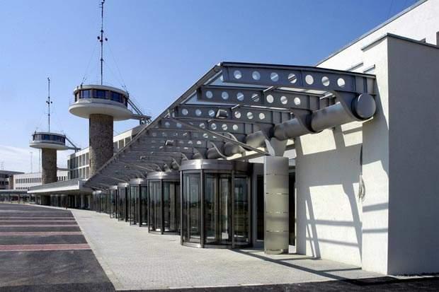 The construction contractor, Magyar Építõ Részvénytársaság, reconstructed the building using a generic steel frame structure.