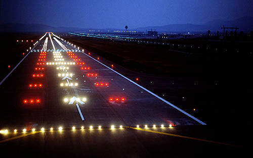 The airport is designed with two parallel runways enabling simultaneous take-offs and landings, which are connected to a double taxiway system.