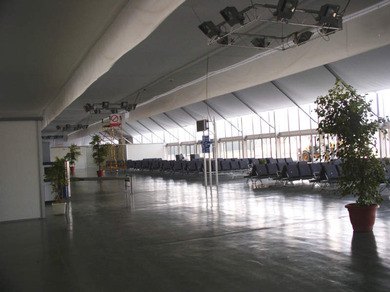 A Semi-Permanent Clear-Span Airport terminal from Röder HTS Höcker.