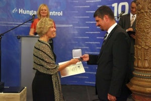 Anne Kathrine Jensen, the Managing Director of Entry Point North, receiving the Partner Award form Kornél Szepessy, CEO of HungaroControl